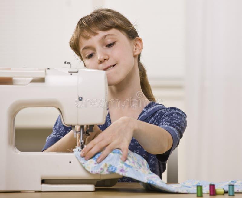 Mädchen auf Nähmaschine stockfotos