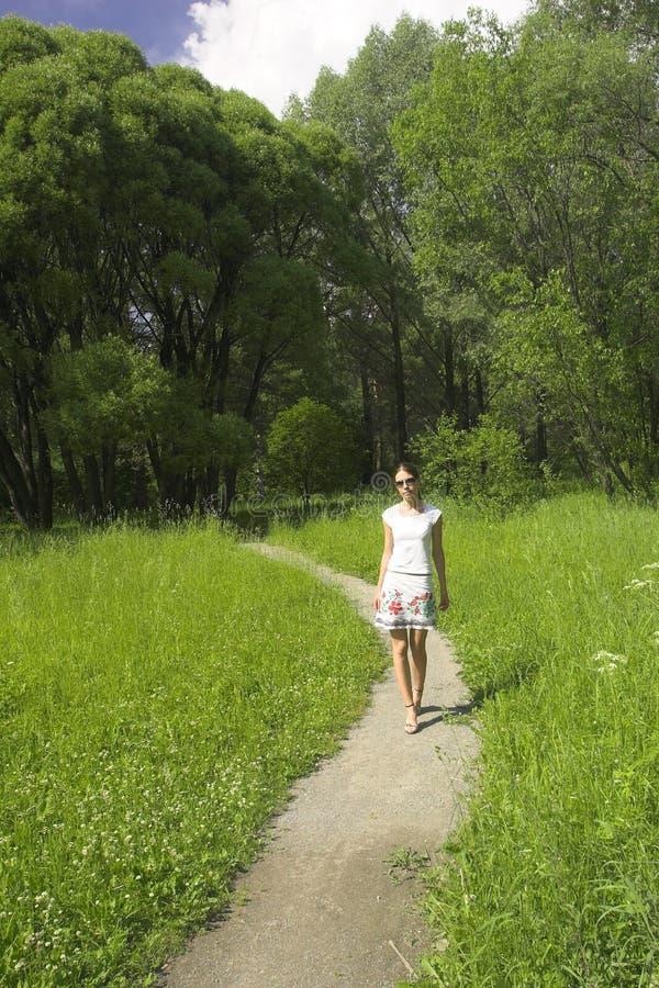 Mädchen auf Pfad lizenzfreie stockfotografie
