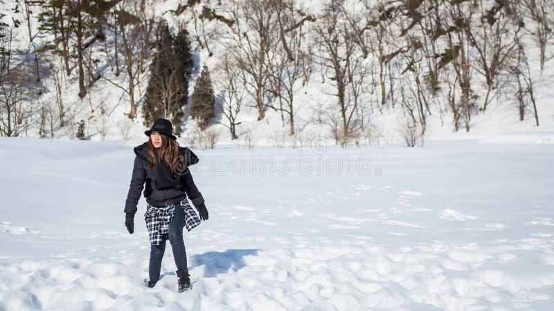 Mädchen auf Schnee stockfotografie