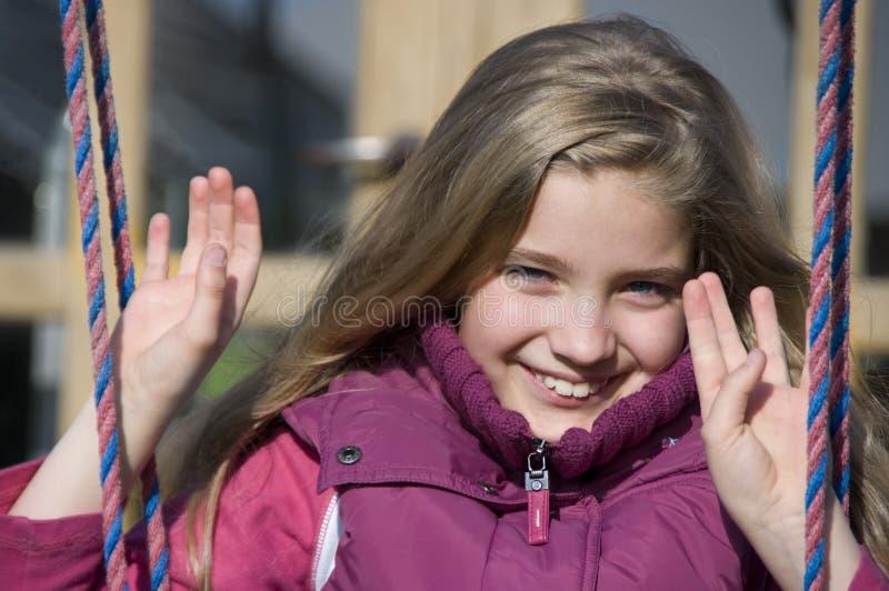 Mädchen auf Schwingen lizenzfreie stockfotografie