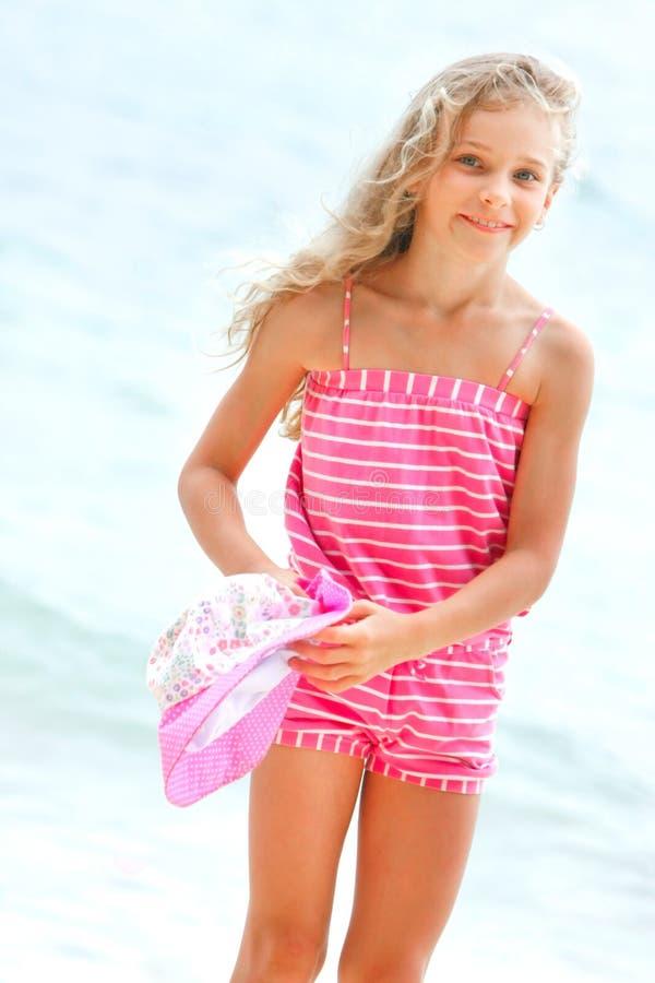 Mädchen auf Seehintergrund lizenzfreie stockbilder