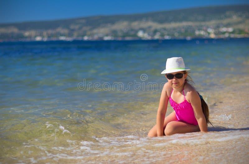 Mädchen auf Seeküste lizenzfreies stockfoto