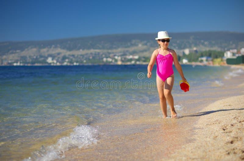 Mädchen auf Seeküste lizenzfreies stockbild