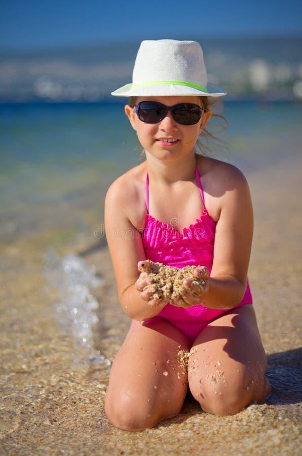 Mädchen auf Seeküste stockfoto