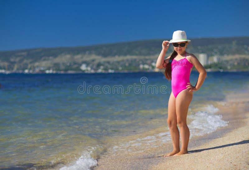 Mädchen auf Seeküste stockbild