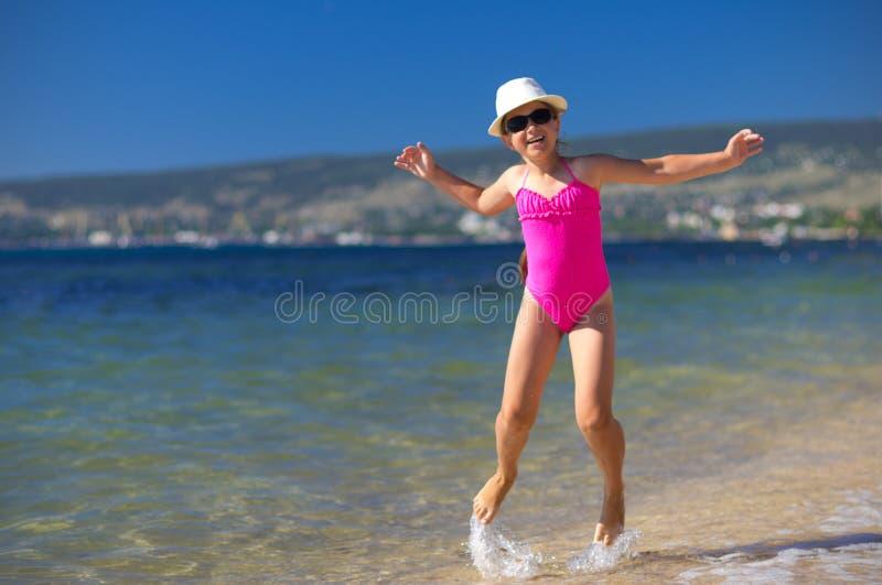 Mädchen auf Seeküste stockbilder