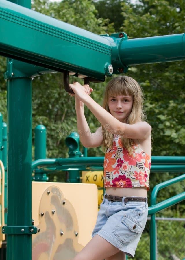 Mädchen auf Spielplatz-Ausrüstung lizenzfreie stockfotos