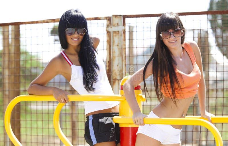 Mädchen auf Sportspielplatz lizenzfreies stockbild