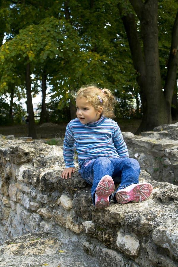 Mädchen auf Steinwand stockfoto