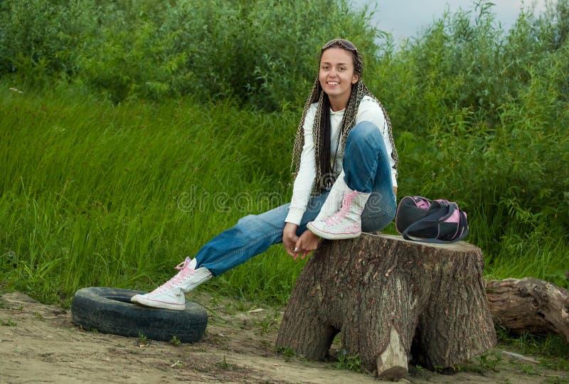 Mädchen auf Stumpf stockfoto