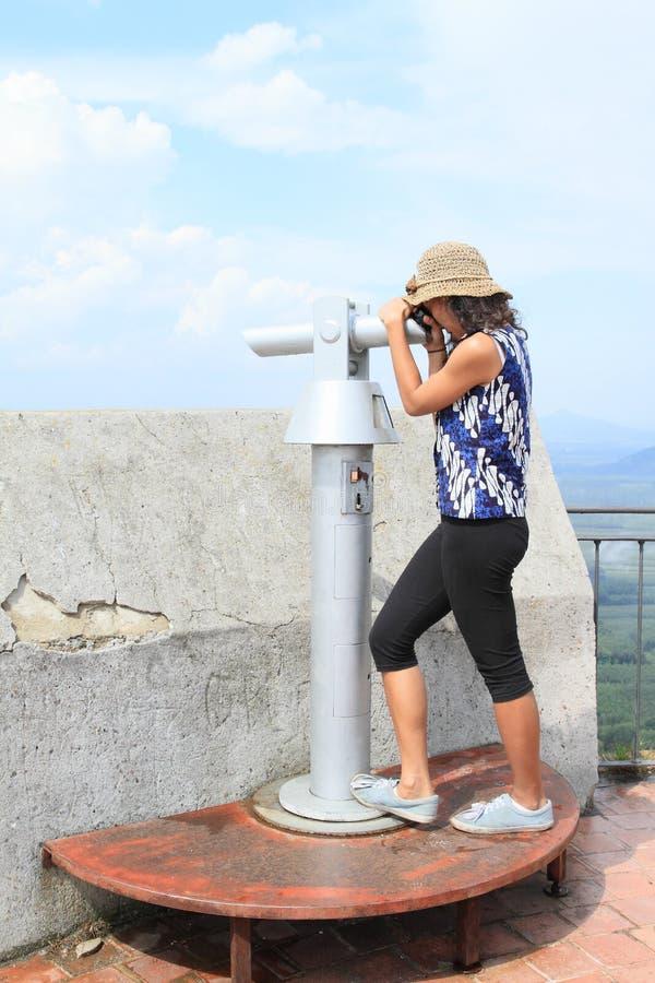 Mädchen auf Turm des Schlosses Bezdez stockbilder
