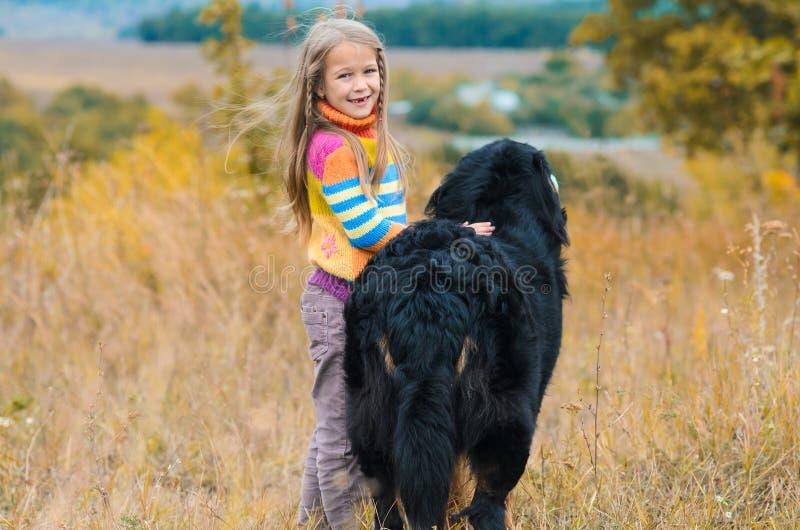 Mädchen auf Weg mit ihrem Hundefreund auf Herbsthügeln lizenzfreie stockfotos