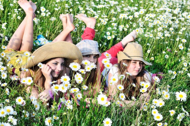 Mädchen auf Wiese lizenzfreies stockfoto