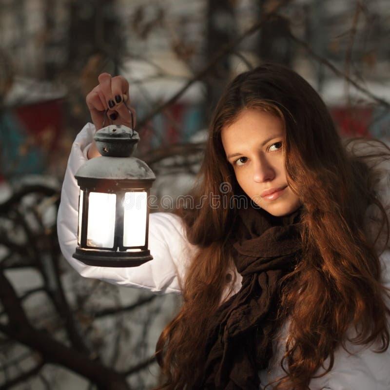Mädchen auf Winterwald mit Laterne lizenzfreie stockfotografie