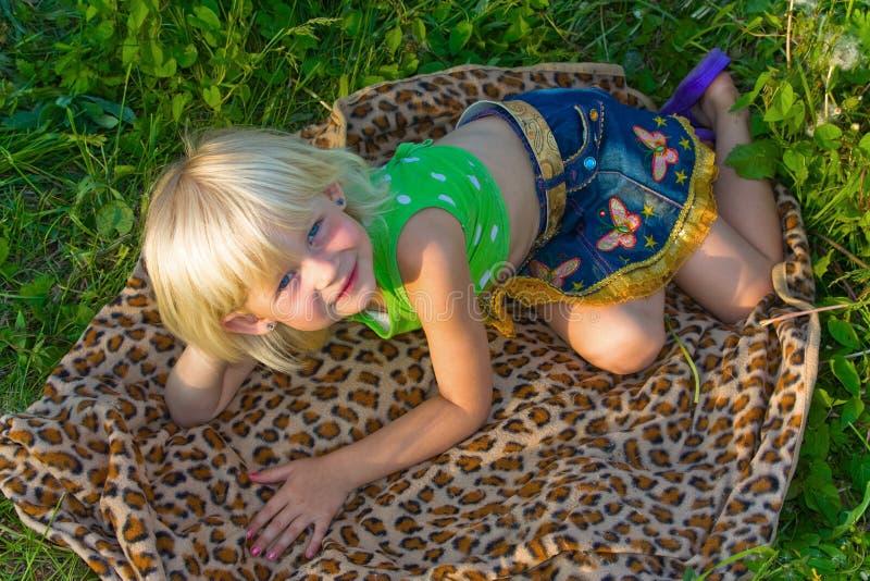 Mädchen auf Wolldecke lizenzfreie stockfotos