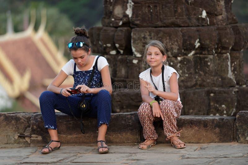 Mädchen an Bakong-Tempel, Angor Wat, Kambodscha lizenzfreies stockfoto