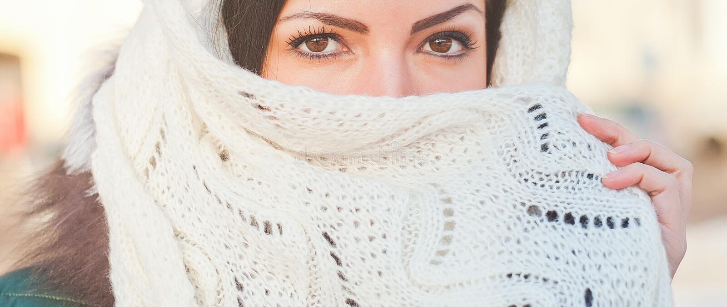 Mädchen bedeckt ihr Gesicht mit einem Taschentuch Sch?nes weibliches Modell im traditionellen Brautkost?m Moslemische Heirat lizenzfreies stockbild