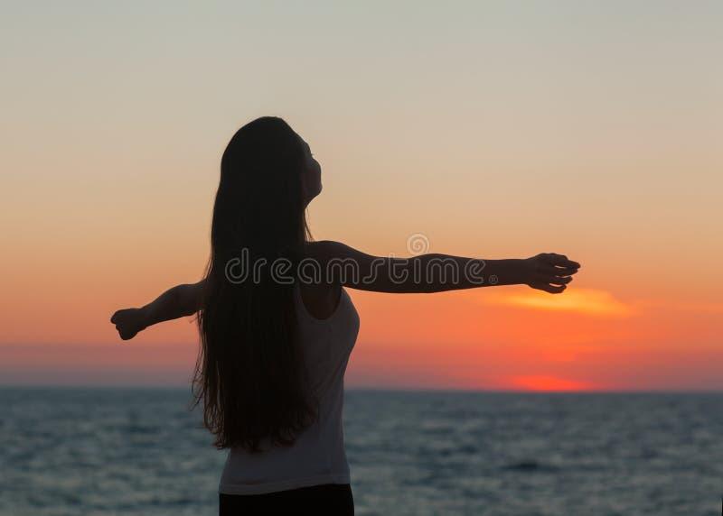 Mädchen bei Sonnenuntergang lizenzfreies stockfoto