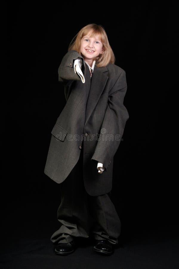 Mädchen beim Anzugzeigen des Vatis lizenzfreie stockfotos