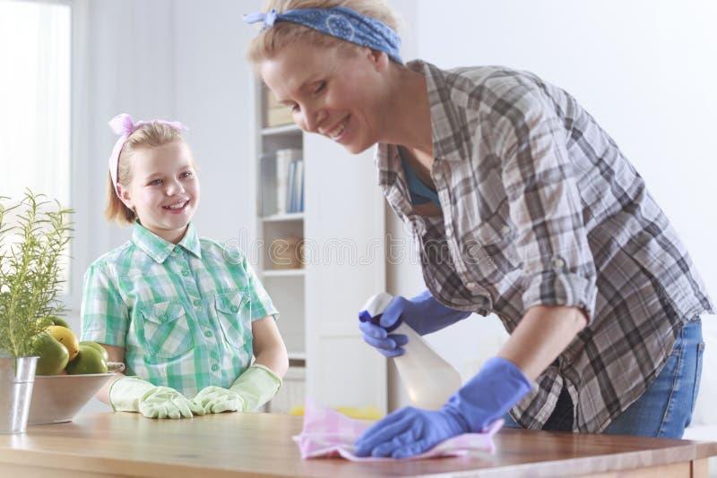Mädchen bereit, ihrer Mutterreinigung zu helfen stockbilder