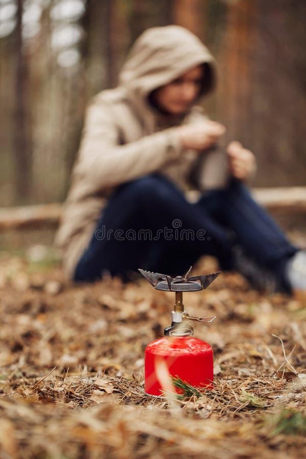 Mädchen bereitet Lebensmittel auf einem Gasbrenner zu lizenzfreies stockfoto