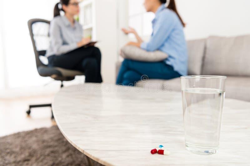 Mädchen beschweren sich schlechte Sachen für Psychologedoktor lizenzfreie stockbilder