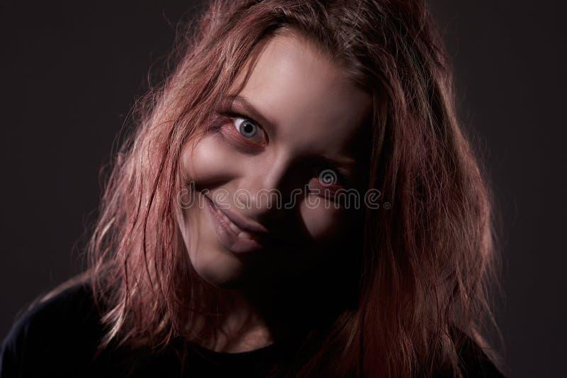 Mädchen besessen von einem Dämon stockfoto