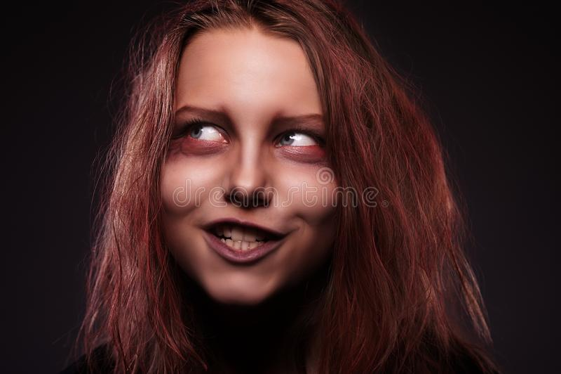 Mädchen besessen von einem Dämon stockfotografie