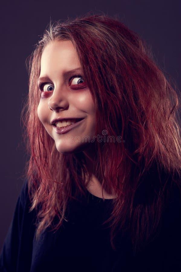 Mädchen besessen von einem Dämon lizenzfreies stockfoto