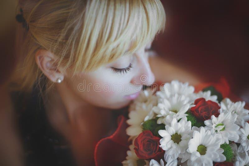 Mädchen betrachtet einen Blumenstrauß stockbilder