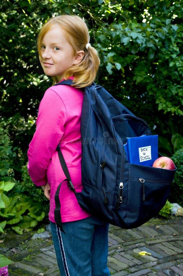 Mädchen betriebsbereit zur Schule lizenzfreie stockfotos