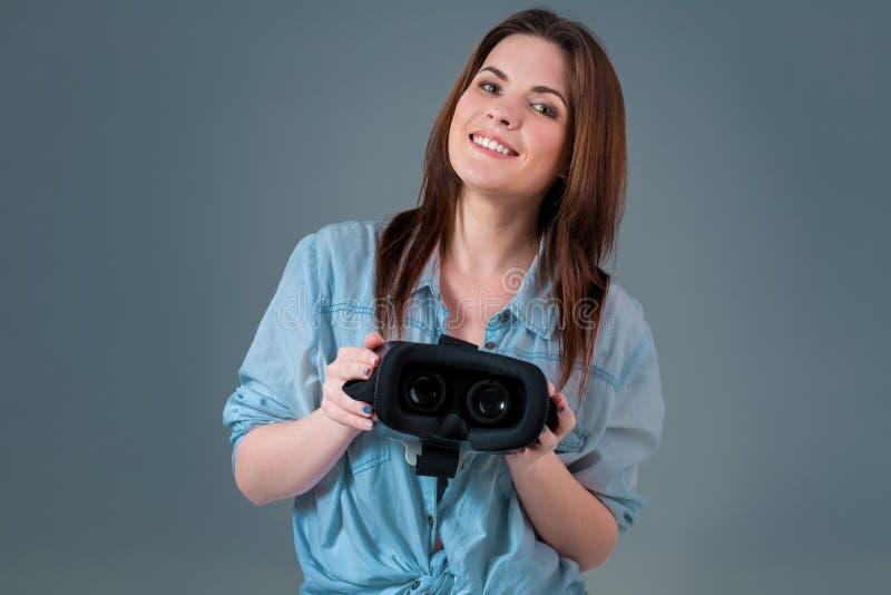 Mädchen bietet an, Glasvirtuelle realität, VR-Schutzbrillen, VR-Kopfhörergläser zu tragen stockbild