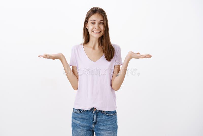 Mädchen bietet zwei Wahlen es an, bis, das Sie entscheiden Bezaubernde freundlich-aussehende glückliche Frau mit sprading Palmen  stockfotografie