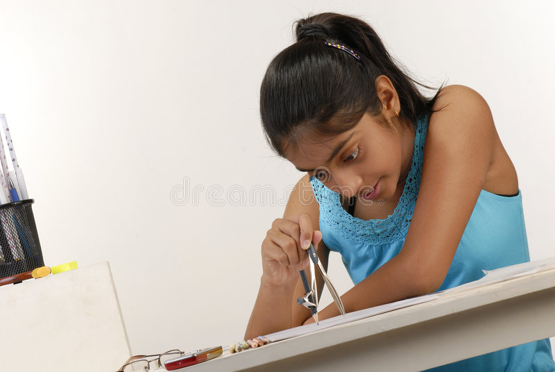 Mädchen bildet Kreis mit Kompaß stockfotos
