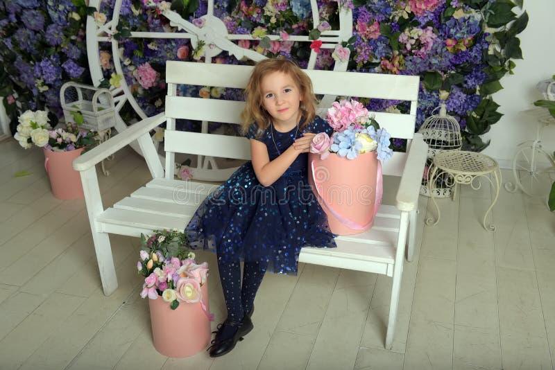Madchen Im Blauen Kleid Mit Blumen Stockbild Bild Von Madchen Blumen 31045921