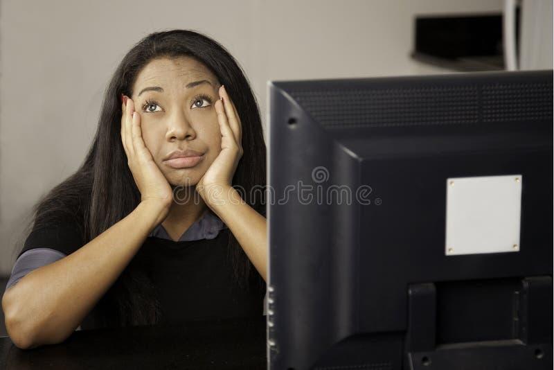 Mädchen bohrte am Computer. stockfotos