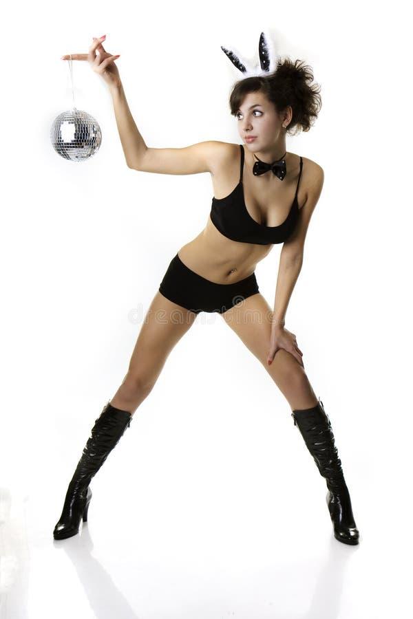 Mädchen Brunette tragendes Schürzenheldhäschen stockfoto