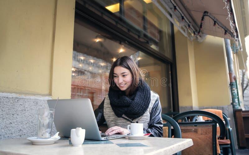 Mädchen am Café lizenzfreies stockfoto