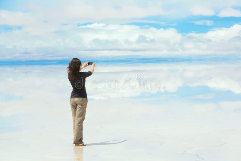 Mädchen, das Abbildungen an einem Handy macht stockbilder