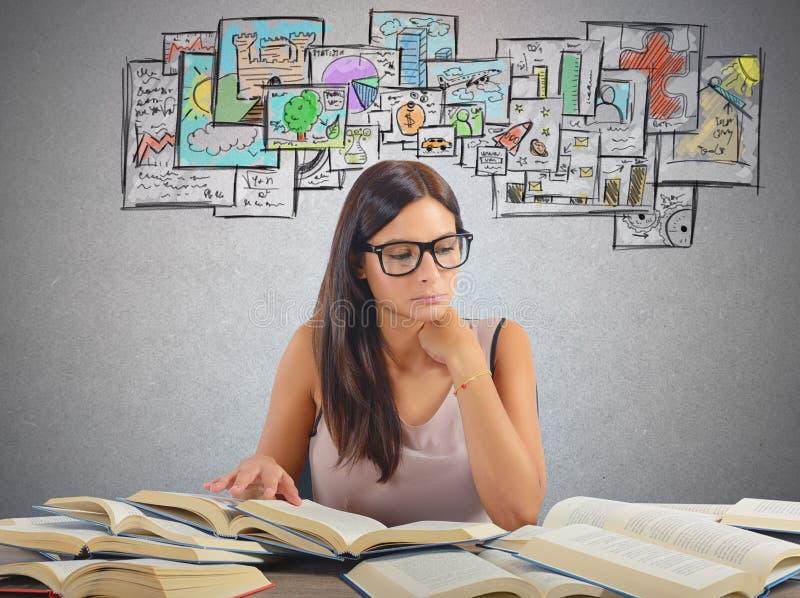 Mädchen, das akademische Themen studiert lizenzfreies stockfoto