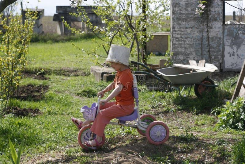 Mädchen, das alten Eimersturzhelm spielt stockfotos