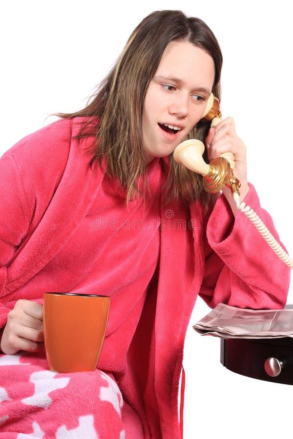 Mädchen, das am alten Telefon spricht lizenzfreie stockfotografie