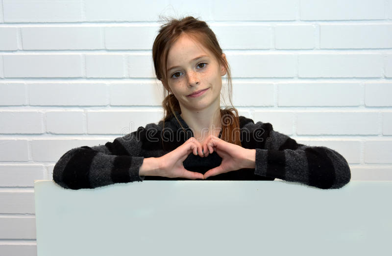 Mädchen, das Anschlagtafel hält lizenzfreie stockfotografie