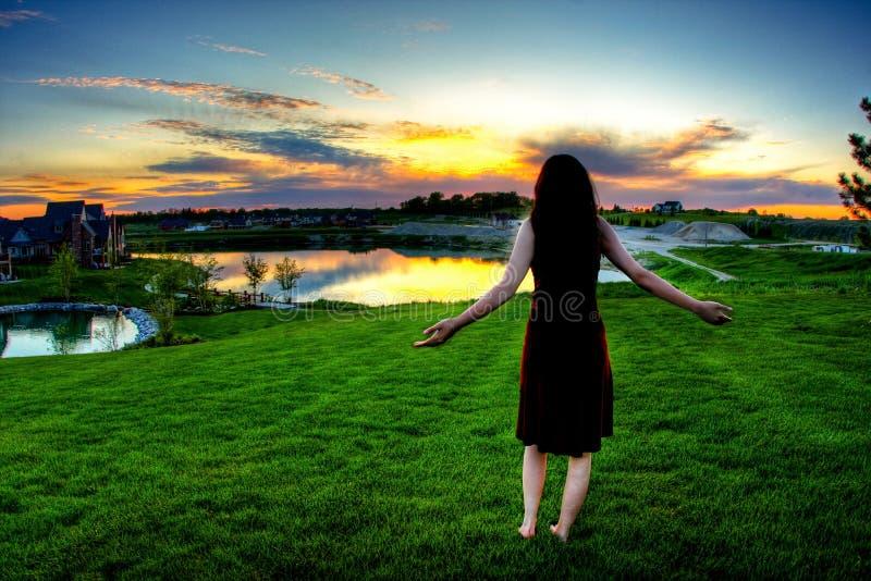 Mädchen, das Ansicht genießt lizenzfreies stockfoto