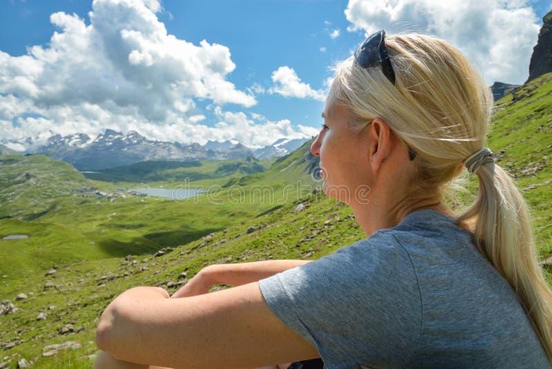Mädchen, das Ansichten über schöne Berge genießt stockfoto