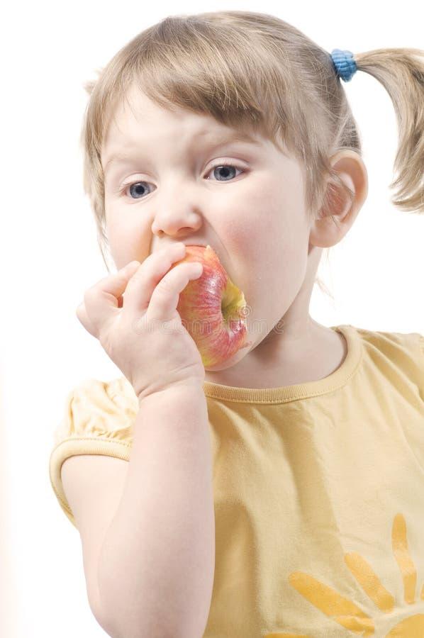 Download Mädchen, das Apfel isst stockbild. Bild von leute, wenig - 9086683