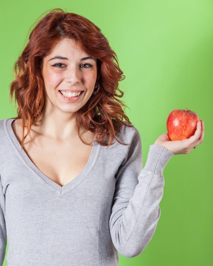 Mädchen, das Apple anhält stockfotos