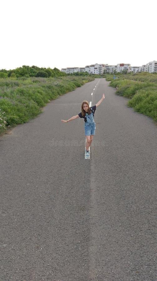 Mädchen, das auf abandonded Straße spielt lizenzfreies stockbild