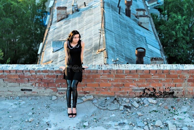 Mädchen auf Dach lizenzfreie stockfotografie