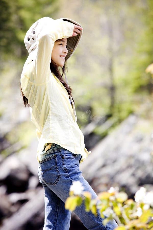 Mädchen, das auf dem Berg herum schaut steht lizenzfreie stockfotos